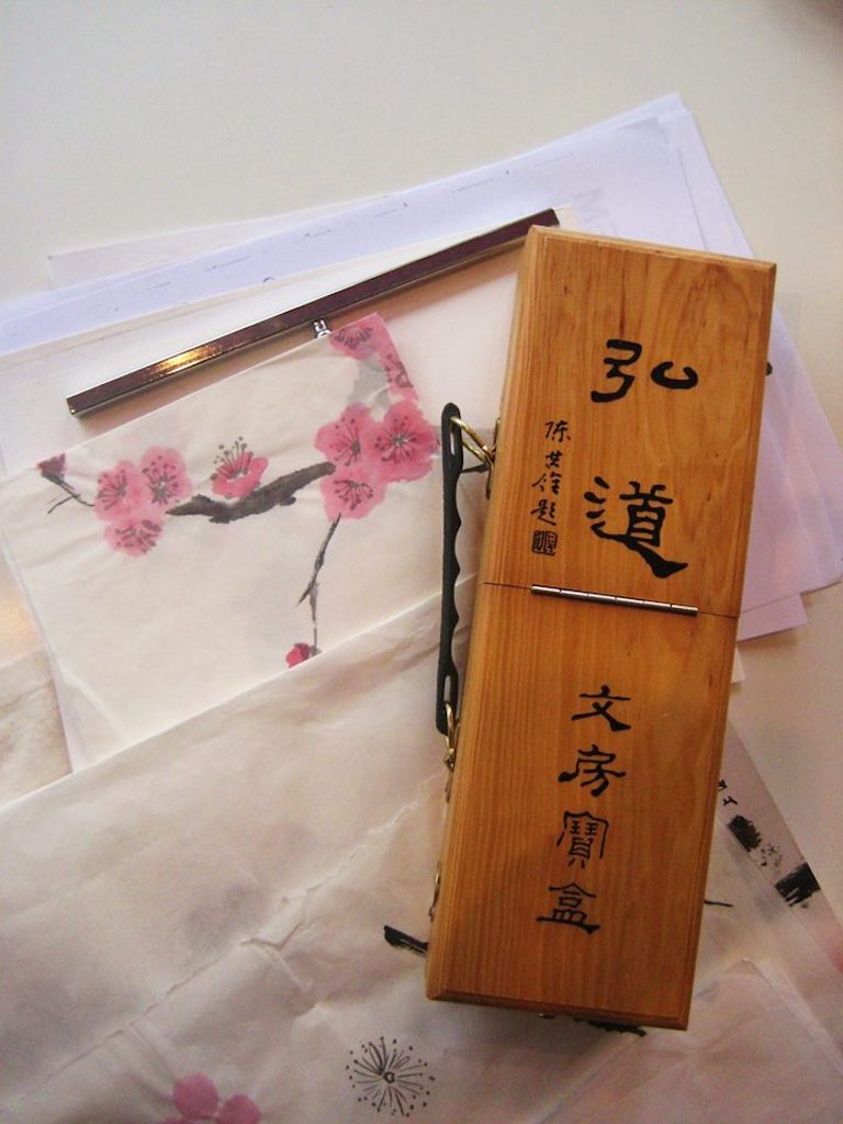 suzuribako een handig reiskoffertje voor sumi-e, Japans inktschilderen