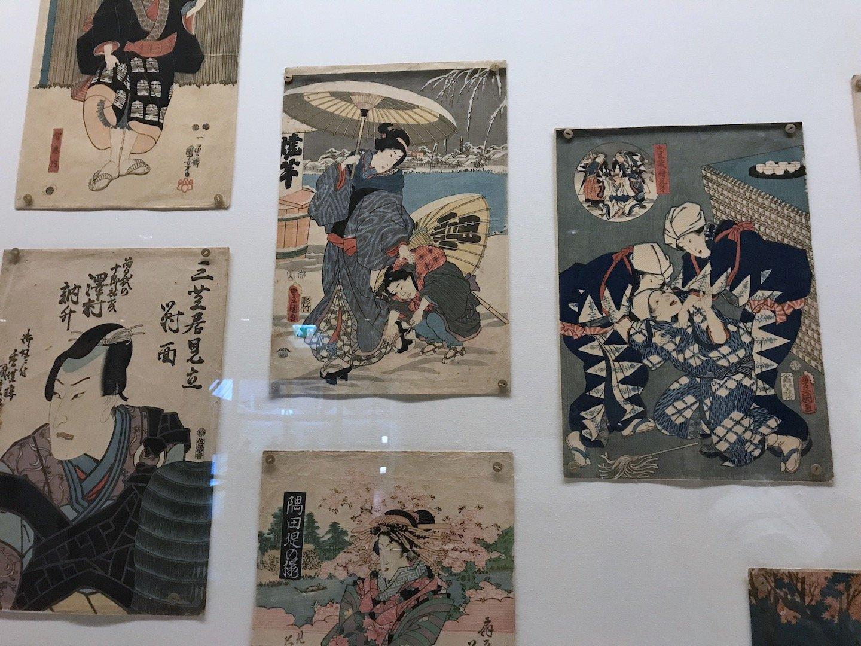 Met spelden hing Vincent Japanse prenten aan de muur.