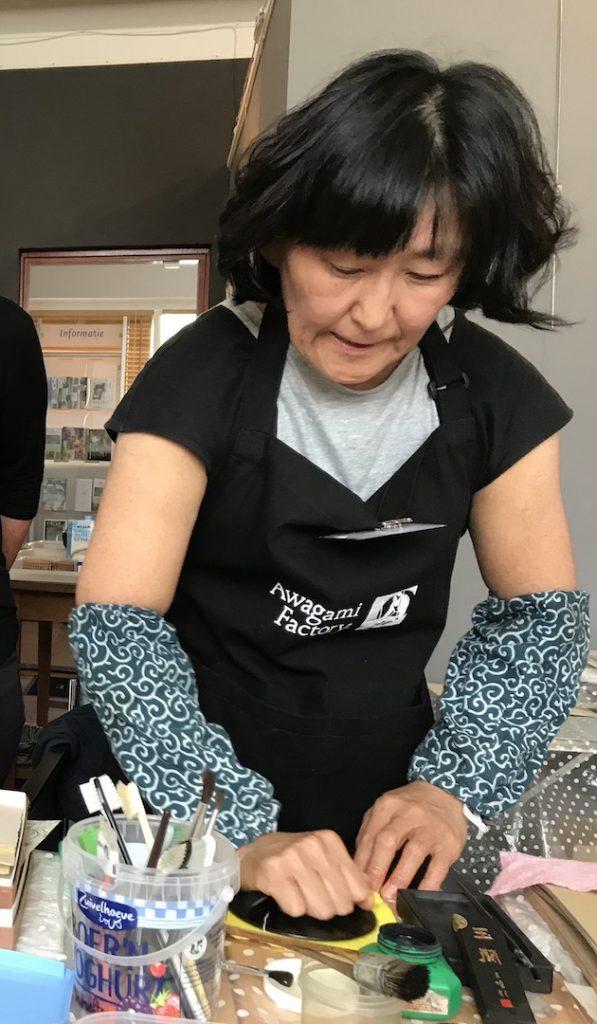 De afruk wordt met een baren aangebracht - moku hanga