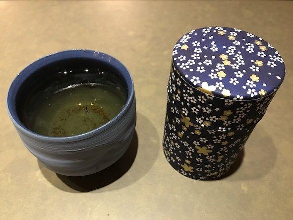 Chinees theekopje van ZhenXi met een theebusje van de Japanse winkel Batsu