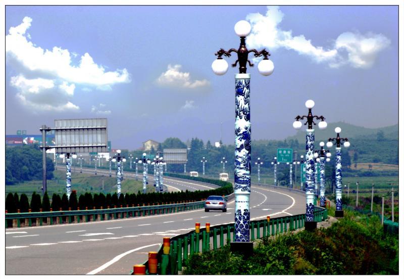 Straatlantaarnpalen van porselein in de stad Jingdezhen